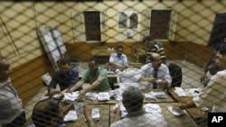 埃及的选举官员6月17日在开罗的一个投票站点算选票