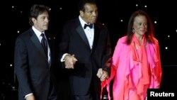 Mohamed Ali es acompañado por su esposa Lonnie Ali y un asistente, durante una presentación en Arizona, en 2013.