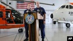 Juru bicara Pasukan Penjaga Pantai AS, Mark Fedor (kanan) mengatakan memberikan keterangan kepada media di Opa-locka, Florida, Senin (5/10).