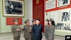 ຜູ້ນໍາໜຸ່ມເກົາຫຼີເໜືອ Kim Jong-un ກັບນາຍທະຫານລະດັບສູງຂອງເກົາຫຼີເໜືອ