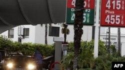 Цены на бензоколонке в районе Беверли Хиллз в штате Калифорния. 25 февраля 2011 года