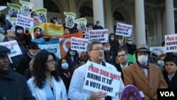 «Митинг против гриппа» у здания городского муниципалитета в Нью-Йорке