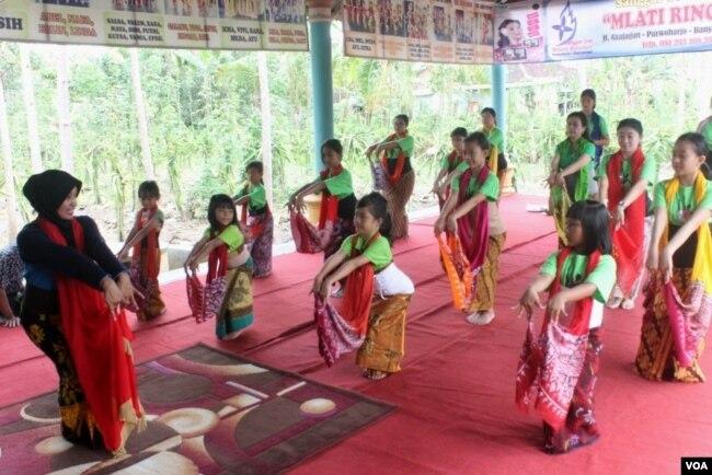 Chosih Sudarminasih mengajarkan tari Gandrung di sanggar tari Mlati Rinonce miliknya di Banyuwangi (foto Petrus Riski/VOA).