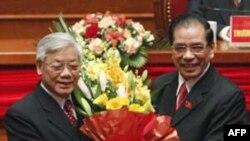 Tổng Bí thư Nông Đức Mạnh (phải) chúc mừng người kế nhiệm, ông Nguyễn Phú Trọng tại lễ bế mạc Đại hội đảng lần thứ 11 tại Hà Nội, ngày 19/1/2011