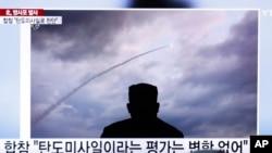2019年8月1日人们在韩国首尔火车站观看有关朝鲜领导人金正恩与朝鲜发射火箭的电视报道。