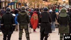 Des policiers anti-émeutes face aux manifestants après les funérailles de deux frères morts dans l'effondrement d'une mine de charbon abandonnée dans la ville de Jerada, à 60 kilomètres au sud-ouest d'Oujda, le 27 décembre 2017.