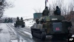 지난 21일 우크라이나반군 탱크가 동부 지역으로 이동하고 있다.