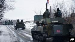 Konvoi kendaraan militer pasukan pro-Rusia bergerak ke arah Slovyanoserbsk, Ukraina Timur, 21 Januari 2015 (Foto: dok). Washington sedang mempertimbangkan kembali rencana pemberian bantuan senjata dan peralatan pertahanan kepada Kyiv.