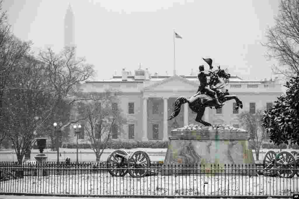 هوای برفی روز چهارشنبه در شهر واشنگتن و نمایی از کاخ سفید.