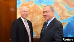 جیسون گرینبلات در یکی از ماموریت هایش در کنار نخست وزیر اسرائیل. وی از سوی پرزیدنت ترامپ برای پیگیری مسئله صلح خاورمیانه مامور شده است.