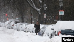 Cư dân cố gắng dọn dẹp băng tuyết ở Boston, Massachusetts, 3/1/2014