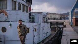 Un marin se tient sur son bateau dans le port de Rason, à l'extrémité nord-est de la Corée du Nord, 21 novembre 2017.