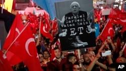 دولت ترکیه عبدالله گولن را متهم به دست داشتن در کودتای نافرجام این کشور کرده و هواداران او را از کار برکنار کرده است.