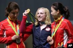 在里约奥运会女子10米气步枪射击赛中,19岁的美国选手斯拉舍赢得金牌,中国选手杜丽(左)荣获银牌,易思玲(右)得到铜牌(2016年8月6日)