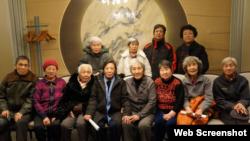 """""""天安门母亲""""发言人尤维洁在天安门母亲网站上发布的在八九六四中失去孩子的父母亲2016年1月5日在北京聚会合影。"""