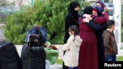 Para pengungsi Suriah kembali ke Suriah dari Beirut, Lebanon (6/12).