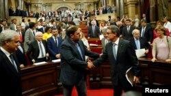 Le vice-président catalan Oriol Junqueras félicite son président Artur Mas à Barcelone le 19 septembre 2014