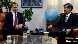 지난 9월 한국을 방문한 미국의 글린 데이비스 국무부 대북정책 특별대표(왼쪽)가 서울 외교부 청사에서 한국의 조태용 한반도평화교섭본부장과 회담하고 있다. (자료사진)