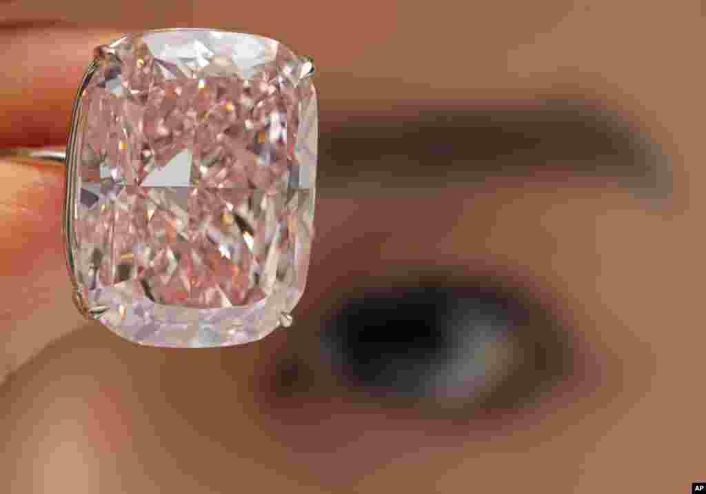 홍콩 소더비 경매소 직원이 37.30 캐럿에 달하는 '더 라지 핑크' 다이아몬드를 보여주고 있다. 이 보석은 세계에서 가장 큰 핑크 다이아몬드로 다음달 스위스 제네바에서 열릴 소더비 경매에서 미화 2~3천만 달러에 팔릴 것으로 예상된다.