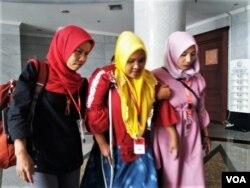 Korban perkawinan anak Rasminah (tengah) dan Endang Warsinah (kanan) usai mendengarkan putusan MK atas uji materi UU perkawinan yang diajukannya hari Kamis, 13 Desember 2018 lalu. (Foto: ilustrasi)