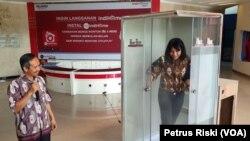Rektor Institut Teknologi Telkom Surabaya (ITTS), Tri Arif Sardjono menunjukkan fungsi bilik sterilisasi buatan ITTS untuk mencegah penyebaran virus corona. (Foto: VOA/ Petrus Riski)
