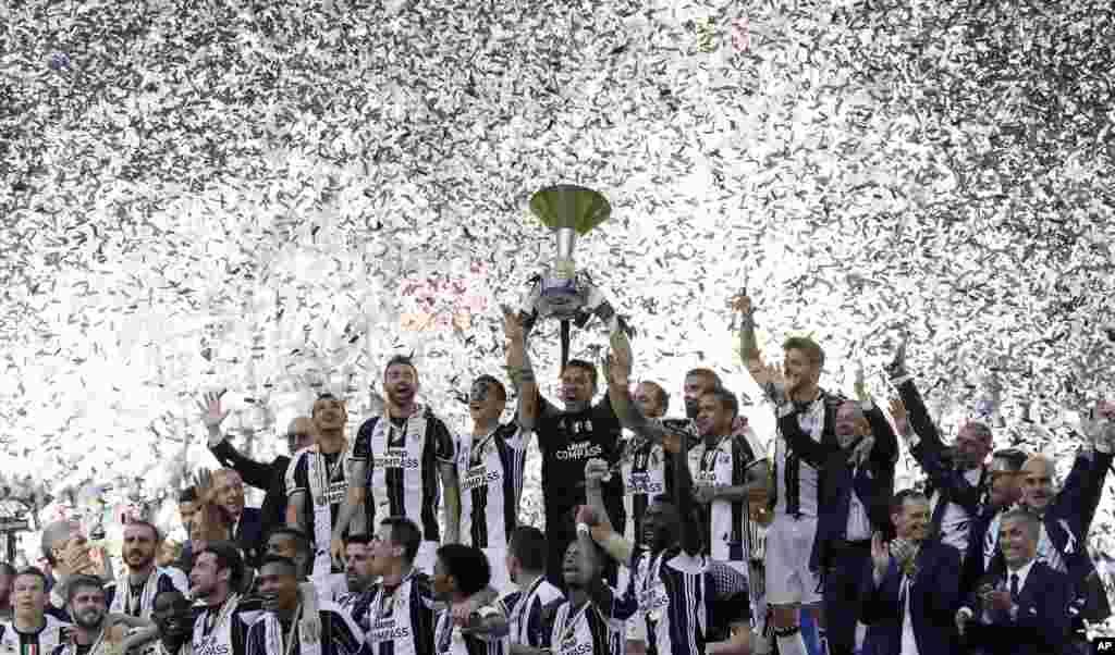 ក្រុម Juventus សាទរជ័យជម្នះរបស់ខ្លួនក្នុងការទទួលបានងារមួយរបស់អ៊ីតាលីជាប់ៗគ្នា៦ដង នៅពេលបញ្ចប់ការប្រកួតបាល់ទាត់ Serie A រវាងក្រុម Juventus និងក្រុម Crotone នៅស្តាត Juventus ក្នុងក្រុង Turin ប្រទេសអ៊ីតាលី។