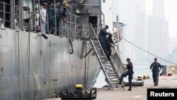 """美國""""喬治.華盛頓號""""航母艦群駛抵菲律賓﹐士兵陸續將物資轉移上岸"""