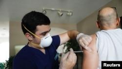 Arhiva - Farmaceutski tehničar daje dozu vakcine protiv Kovida 19 proizvođača Fajzer u Sent Pitersburgru, Florida, 30. jula 2021.