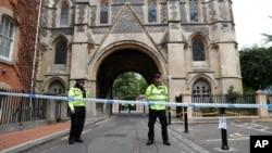 ریڈنگ گارڈن میں چاقو کے حملے میں تین افراد کی ہلاکت کے بعد پولیس اہل کار وہاں ڈیوٹی دے رہے ہیں۔ 21 جون 2020
