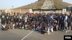 Les jeunes du NBA Academy Africa et du Seed Project à Dakar, Sénégal, 7 mai 2017. (VOA/ Seydina Aba Gueye)