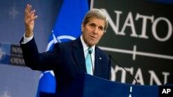 ລັດຖະມົນຕີ ຕ່າງປະເທດ ສະຫະລັດ ທ່ານ John Kerry ກ່າວຢູ່ທີ່ ກອງປະຊຸມນັກຂ່າວ ທີ່ກອງບັນຊາການ NATO ນະຄອນ Brussels, ທີ 2, ທັນວາ 2015.