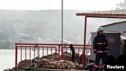 Nhân viên cứu hộ đi cạnh thi hài của những người bị thiệt mạng, mà người ta tin là những di dân bất hợp pháp, vì tàu bị chìm ở eo biển Bosphorus, gần Istanbul, 11/3/14