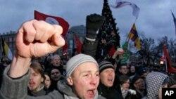 抗議者星期六在俄羅斯聖彼得堡舉行反普京的集會