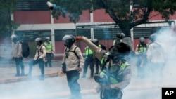 El movimiento de protesta contra el presidente Nicolás Maduro, que ha llevado a masas de gente a las calles casi todos los días desde marzo, ha dejó de lado a los estudiantes que intentaban marchar al Ministerio de Educación de Caracas, Venezuela, el lunes 8 de mayo.