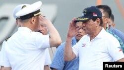 1일 나바오 시를 방문한 로드리고 두테르테(오른쪽) 필리핀 대통령이 현지에 정박중인 중국 인민해방군 함정 지휘관의 경례를 받고 있다.