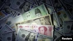 Mata uang kertas won (Korea Selatan), yuan (China) dan yen (Jepang) di antara lembaran 100 dolar Amerika. (Foto: ilustrasi).