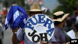 Manifestantes salieron a las calles en Honduras el domingo enfrentándose con la policía.