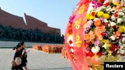 북한 노동당 창건 69년 기념일인 10일 학생들이 헌화할 꽃을 들고 평양 만수대 김일성.김정일 동상을 향하고 있다. 건강이상설이 나돌고 있는 김정은 북한 국방위원회 제1위원장은 이 날도 모습을 드러내지 않았다.