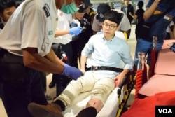 香港眾志主席羅冠聰衝上主席台抗議受傷送院治理。(美國之音湯惠芸攝)