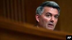 미 의회 '아시아안심법'을 발의한 코리 가드너 공화당 상원의원이 지난해 7월 외교위 청문회에서 증인으로 출석한 마이크 폼페오 국무장관에게 질문하고 있다.