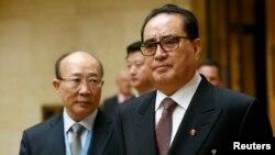 북한의 리수용 외무성 부상(가운데)이 서세평 유엔 주재 북한대사(왼쪽)와 함께 지난 3일 스위스 제네바에서 열린 유엔 군축회의에 도착했다. 리 부상은 북한이 미국을 선제 타격할 능력이 있다고 주장했다.