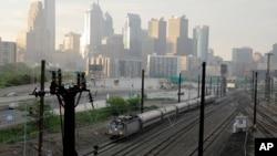 Kereta api Amtrak melewati kota Philadelphia, Senin (18/5).