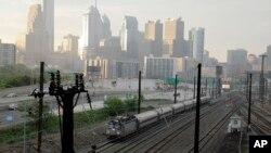 Un tren de Amtrak sale este lunes de Filadelfia en dirección a Nueva York al reanudarse el servicio en todo el corredor noreste del país tras el descarrilamiento de la semana pasada.