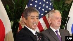 日本防衛大臣岩屋毅2018年在新加坡東盟峰會上與時任美國國防部長馬蒂斯同媒體見面