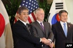 日本防卫大臣岩屋毅(左),美国国防部长吉姆马蒂斯(中)和韩国国防部长郑庆东