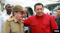 Presiden Kuba, Raul Castro dan Presiden Venezuela Hugo Chavez (foto: dok.). Chavez menjalani operasi di Kuba dan sedang dalam pemulihan.