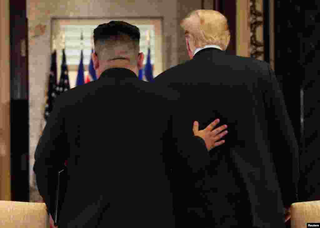 도널드 트럼프 미국 대통령과 김정은 북한 국무위원장이 12일 싱가포르 카펠라 호텔에서 정상회담 공동합의문에 서명한 후 서명식장을 떠나고 있다.