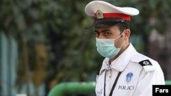 عکس از یک مامور پلیس راهنمایی و رانندگی با ماسک - آرشیو