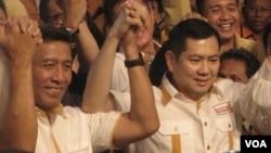 Wiranto (kiri) dan Hary Tanoesoedibjo saat menyatakan maju sebagai calon presiden dan wakil presiden untuk pemilihan umum 2014 dari Partai Hanura. (VOA/Andylala Waluyo)