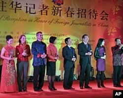 中國外交部發言人們在春節招待會上與外國記者同台演唱。